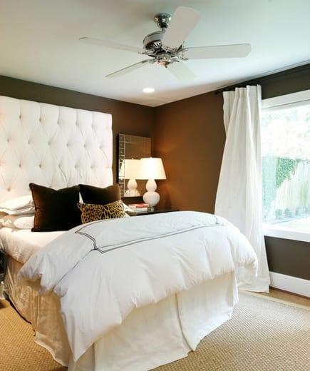 schönes schlafzimmer mit weißem bett und weißen gardinen