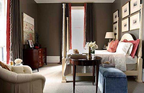 gardinen dekorationsvorschläge mit braunen und roten gardinen-schlafzimmer mit raumhühe fenstern-bilderrahmen dekorieren