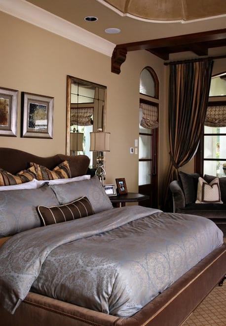 spiegel im schlafzimmer-gardinen dekorationsvorschläge-graue bettwäsche