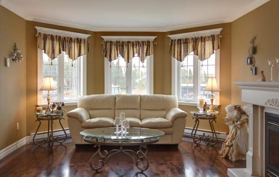 gardinen dekorationsvorschläge in braun- wohnzimmer mit sofa und kamin in weiß