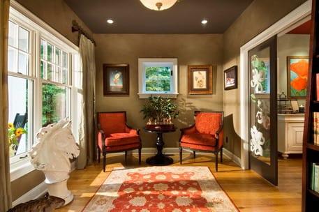 Perfekt Zimmer Dekorieren Deckengestaltung In Braun Sessel Rot