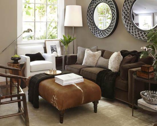 modernes wohnzimmer mit sofa braun uns sessel weiß-polsterhocker aus pelz-schwarze sofadecke-wandfarbe taupe