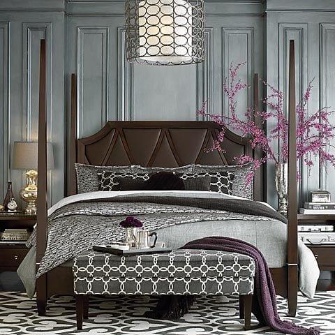bett mit kopfteil braun-graue bettwäsche mit bettdecke violett-moderne deckenlampe-teppich weiß grau