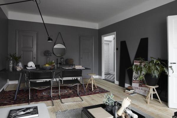 wohnzimmer grau- schwarzer esstisch mit schwarzen stühlen