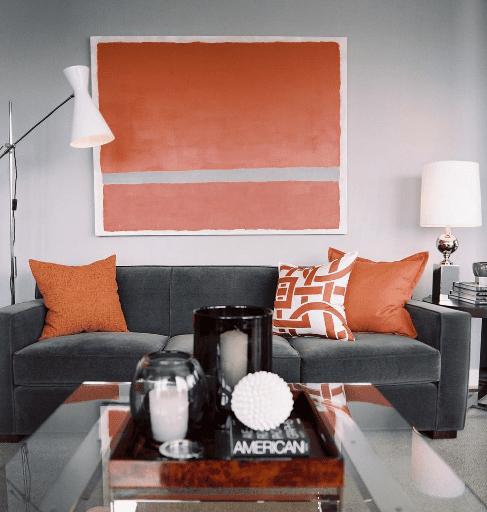 schöne wandfarben- wanddeko idee-polstersofa grau mit orangen kissen