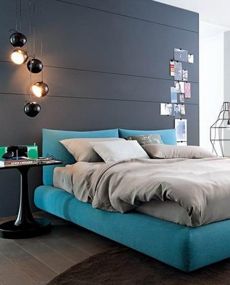 schlafzimmer einrichten mit grauer wandfarbe und blaues bett mit bettwäsche grau-moderne  schwarze kugel-pendelleuchten