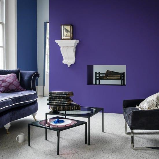 wohzimmer farbgestaltung in lila und blau- offener kamin-blaue Couch mit lila kissen-kleine rechteckige couchtisch im schwarz