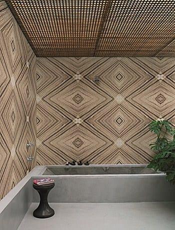 außenbadezimmer mit gitterüberdachung und badewanne