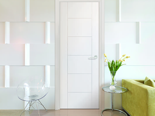 modernes wohnzimmer weiß mit sofa grün und designerstuhl aus acrylglas