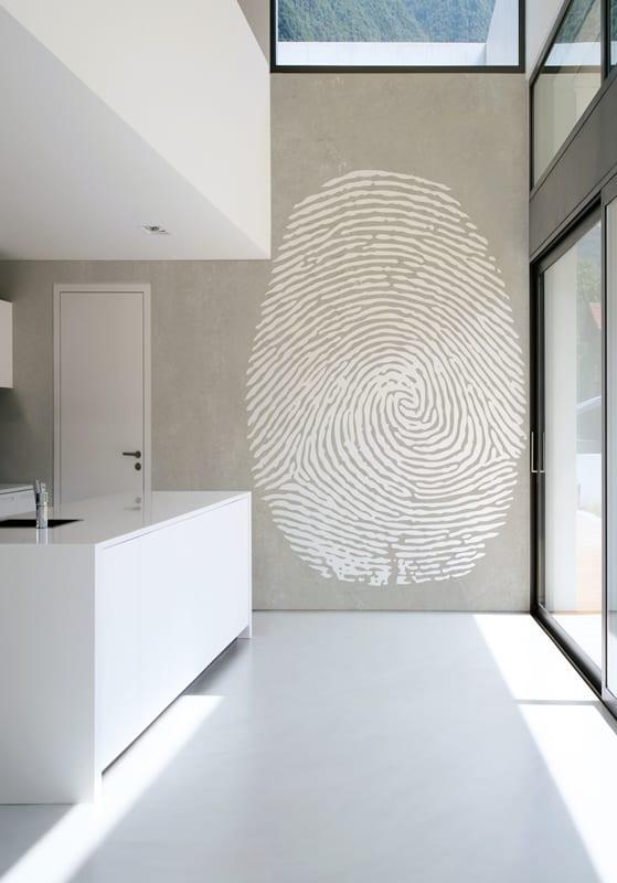 weiße küche mit kochinsel und wandfarbe grau
