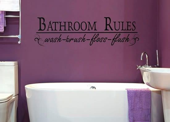 badezimmer mit lila wandfarbe und schwarzem wandtattoo spruch
