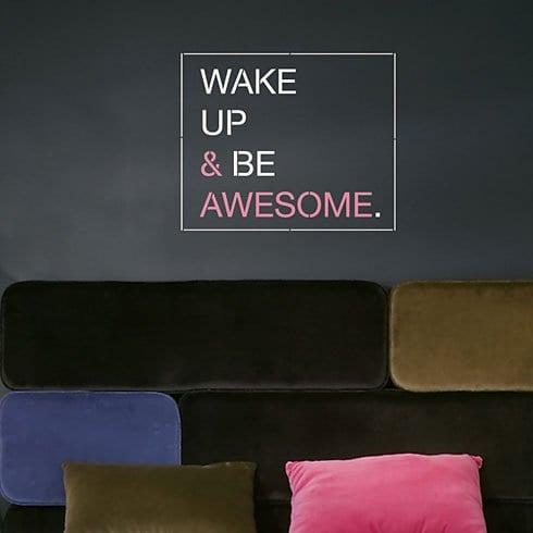 wandfarbe grautäne mit modernem sofa und kreativem wandtattoo spruch