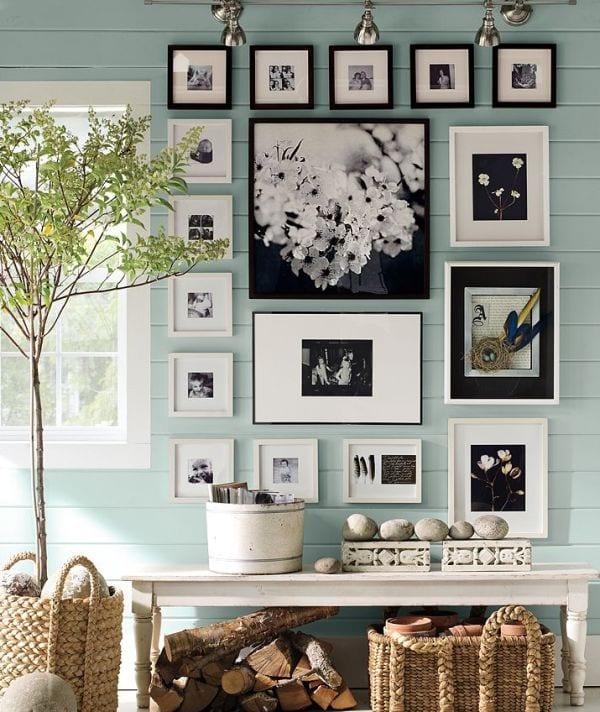 hellblaue holzwand-seidboard dekorieren mit holz und weidenkörben