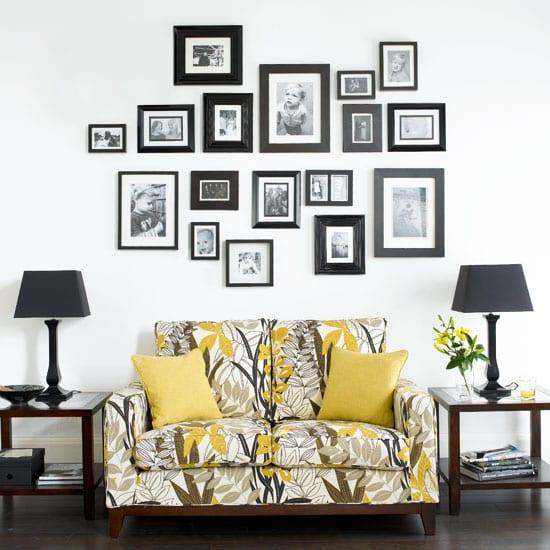 kleines wohnzimmer einrichten mit sofa in weiß und gelb und schwarzen Tischlampen