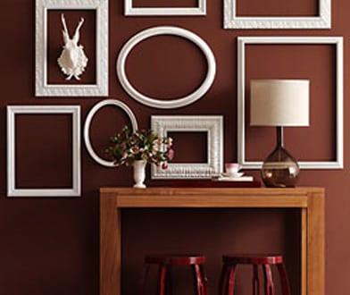 wei e bilderrahmen dekorieren braune wandfarbe freshouse. Black Bedroom Furniture Sets. Home Design Ideas
