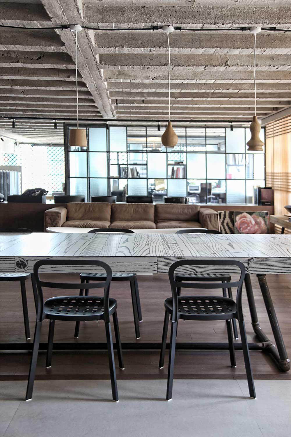 modernes esstisch aus holz und stahl-esszimmerstühlen mit lochung aus metall-pendelleuchten holz