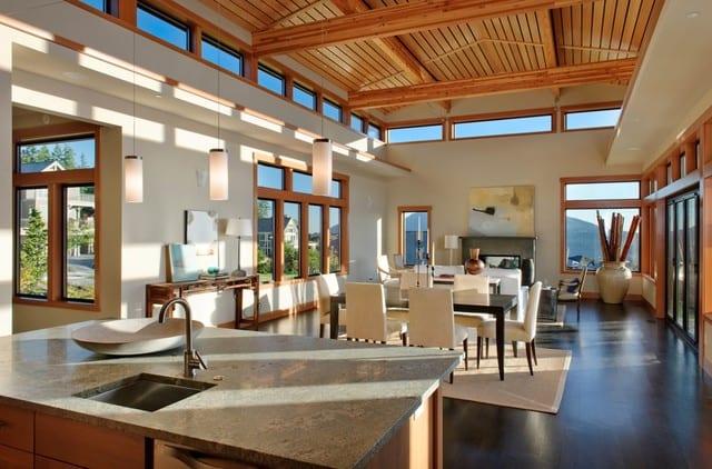 open space interior design mit sichtbarer dachkonstruktion aus holz-