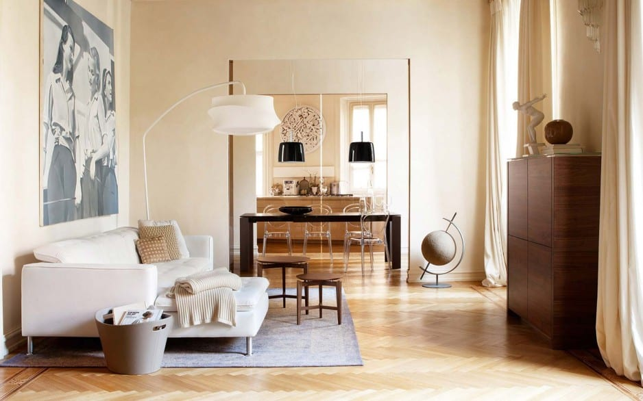 luxus wohnzimmer mit sideboard holz und polstersofa weiß-parkettbodem mit teppich blau