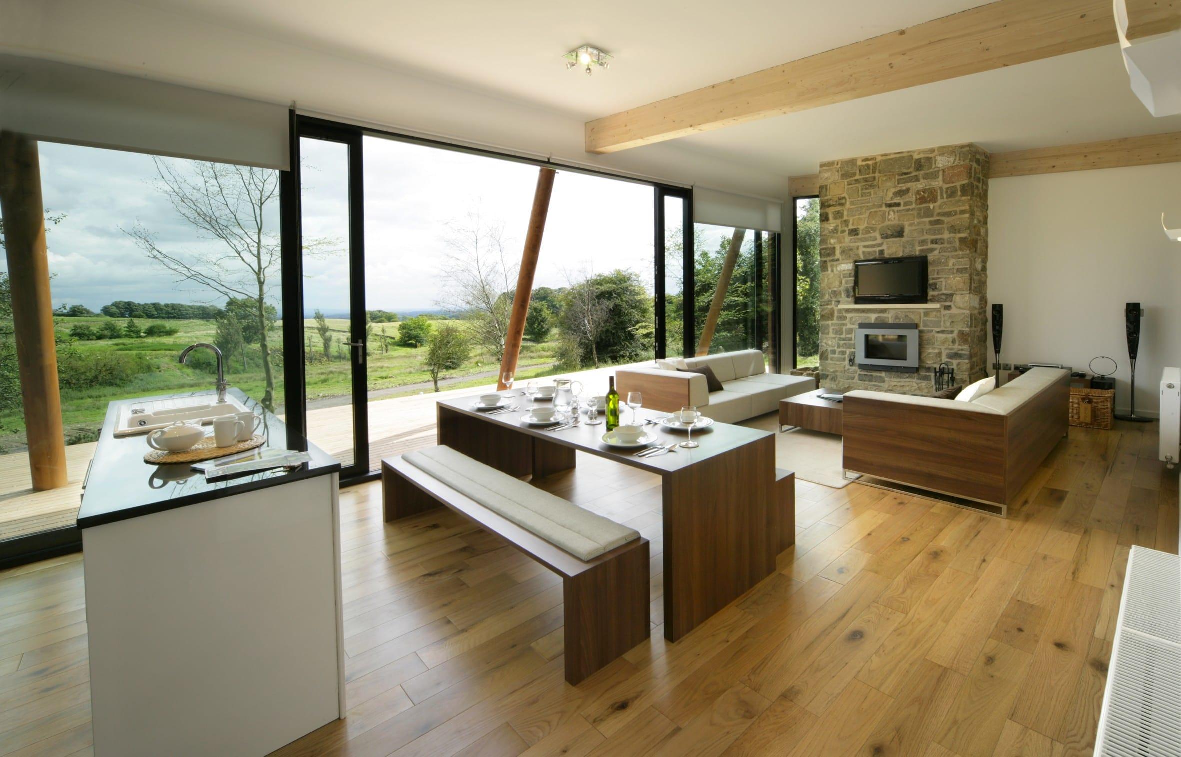 open space wohnzimmer inspirationen mit laminatboden und holzdeckenbalken-esstisch holz und esstischbänke aus holz-moderne ecksofas in weiß aus holz