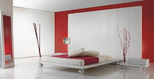 wandgestaltung schlafzimmer-modernes bett und spiegel im schlafzimmer