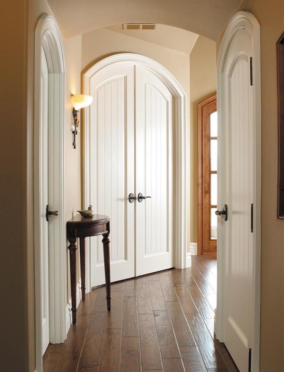 innentüren weiß aus holz- wandfarbe apricot