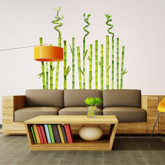 Glücksbambus Wandtattoo- Sofa und Couchtisch aus Bambus- orange Stehleuchte