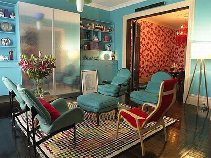 wandfarbe blau-wandregale blau und moderne polstersessel blau-moderner teppich