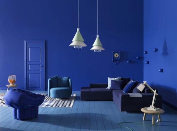 blaues wohnzimmer gestalten- blaue seats and sofas-holzboden blau mit weißem teppich