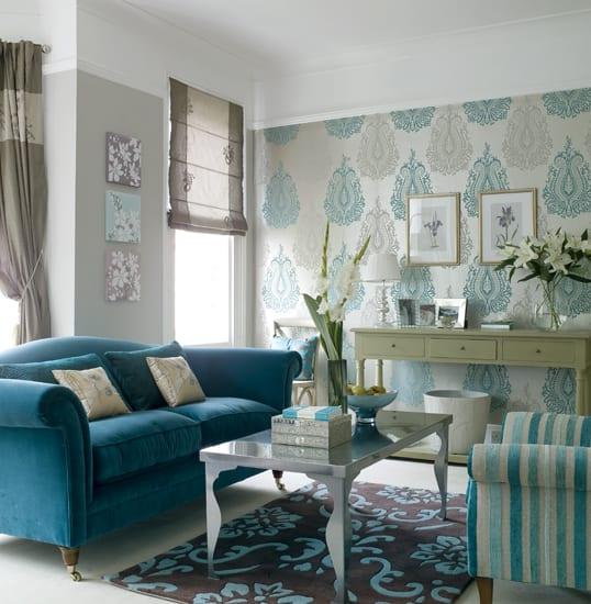 mein wohnzimmer-blaues sofa-fensterdekoration in farbe taupe-tapete weiß mit blauen motiven