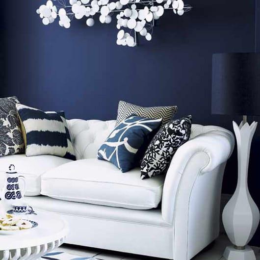Moderne Wandleuchte Weiß Weißes Sofa Mit Blau Muster Kissen. Farbgestaltung  Wohnzimmer Ideen