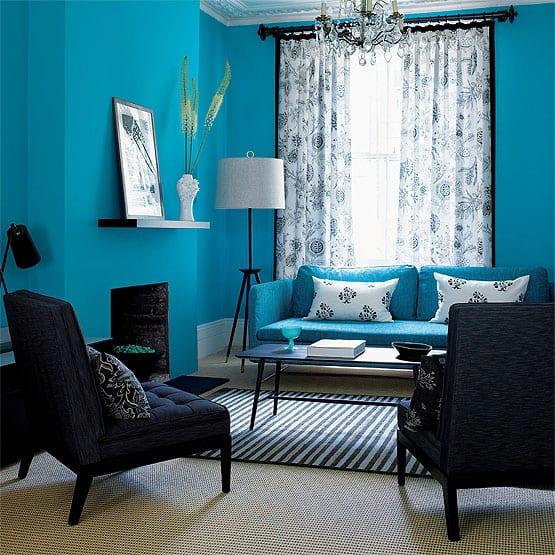 wohnzimmer beispiele mit blauer wand und sofa blau-polstersessel dunkelblau und teppich in weiß blauen streifen-kamin blau