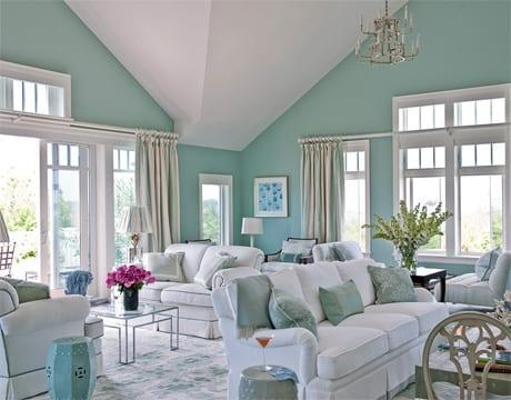 wohnzimmer einrichten in hellblau und weiß- weiße sofas und sesseln