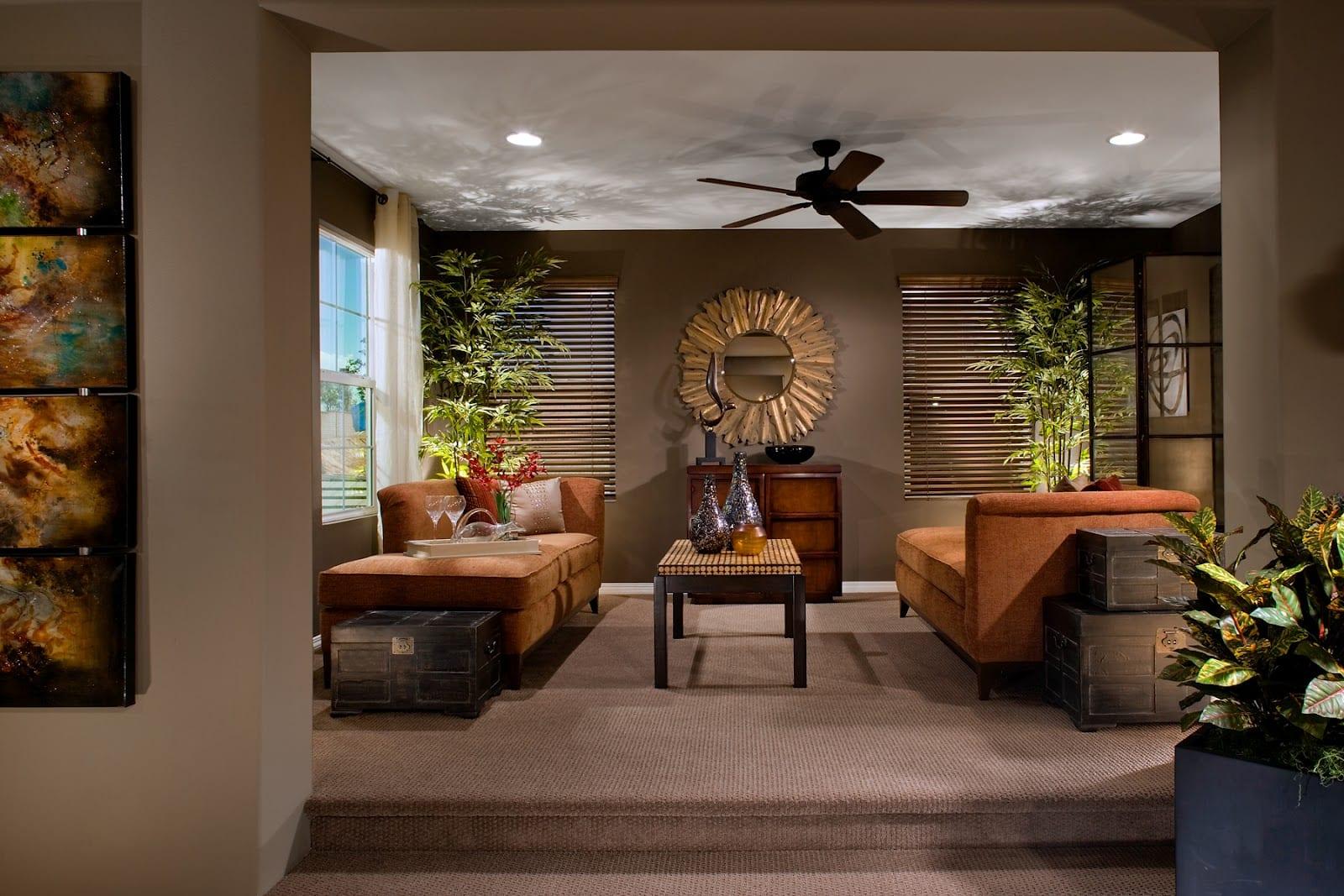 braune wandfarbe wohnzimmer mit ligesofa orange-wandgestaltung mit spiegel