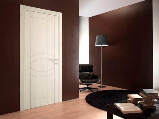 interior mit wandfarbe braun und rundteppich schwarz