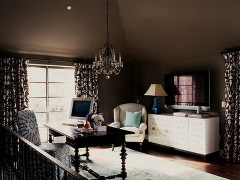 kleines wohnzimmer mit dachschrägen in Braun- holzschreibtisch schwarz-gardinen dekorationsvorschläge