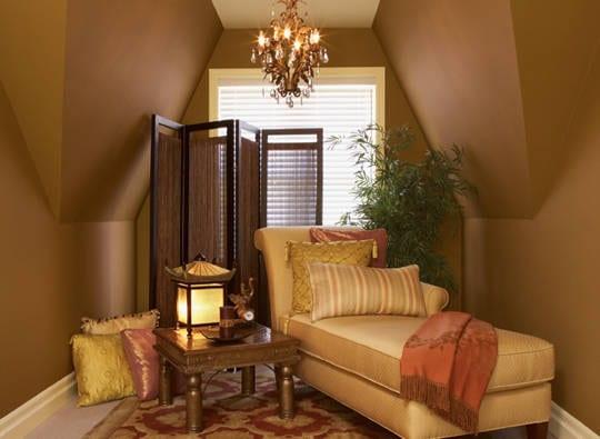 kleines wohnzimmer dachschräge mit braunen wänden und Ligesofa gelb