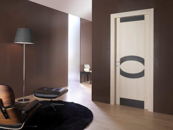 kleines wohnzimmer braun mit designersessel und teppich schwarz