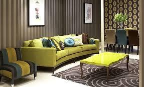 modernes wohnzimmer mit wänden braun und sofa grün-moderner couchtisch grün