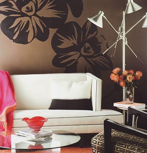 braune wandfarbe wohnzimmer- moderne couch weiß mit sofadecke pink