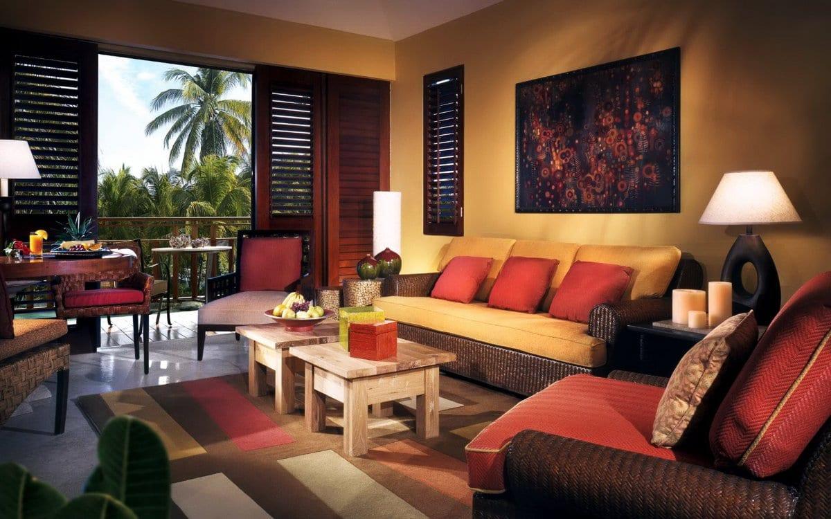 modernes wohnzimmer mit wandfarbe gelb und teppich braun und gelb-braune sofas mit roten und gelben kissen