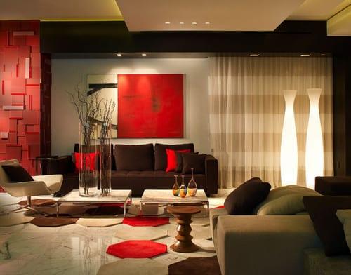 modernes wohnzimmer mit teppichfliesen in rot und weiß-sofa braun mit weißen rechteckigen couchtischen-deckengestaltung in weiß und schwarz
