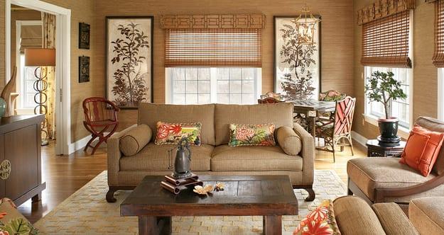modernes wohnzimmer HELLBRAUN- holzboden mit teppich beige und couchtisch massivholz-sofa beige