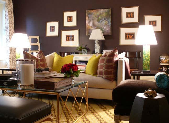 wohnzimmer wandgestaltung mit bilderrahmen- wandfarbe dunkelbraun- sofa beige mit kissen gelb