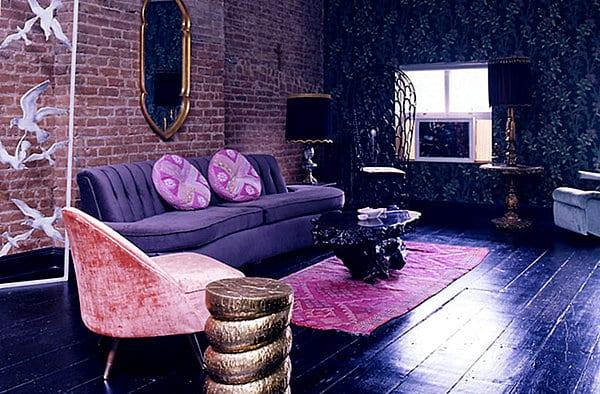 luxus wohnzimmer mit schwarzem Holzboden und Ziegelwand-schwarze wandtapete mit blumenmotiv-teppichläufer pink-sofa lila