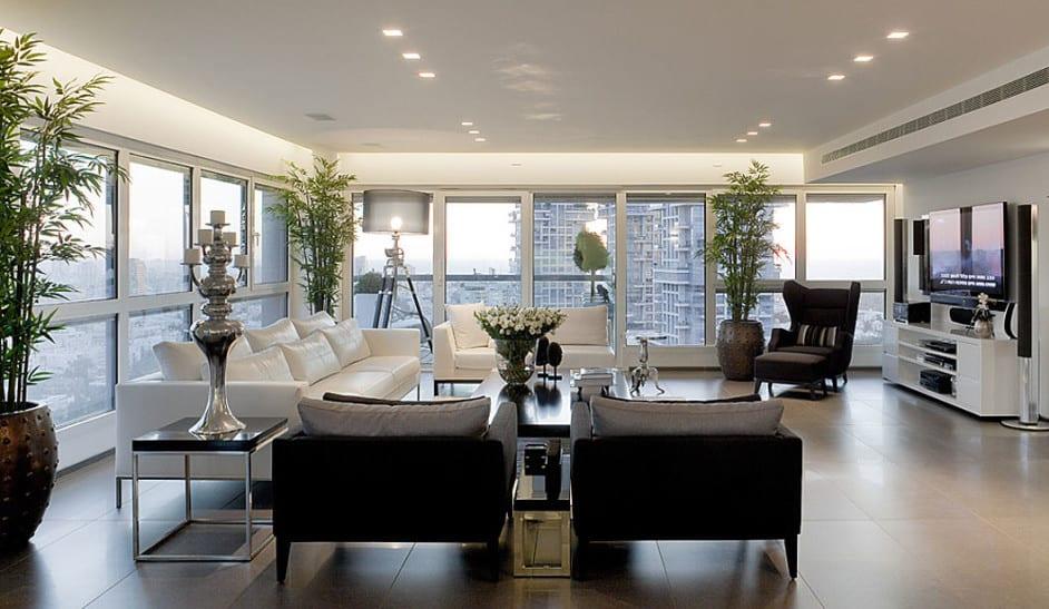 Luxus Wohnzimmer Einrichten Mit Weißen Ledersofas Und Schwarzen  Sesseln Kaffeetisch Mit Schwarzer Platte Und Metallrahmen