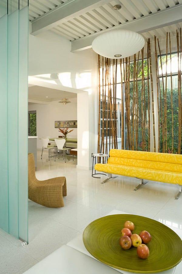wohnzimmer mit sichtbare Dachkonstruktion  in weiß und Sofa gelb-weiße Pendelleuchte-Fensterdeko mit Bambus
