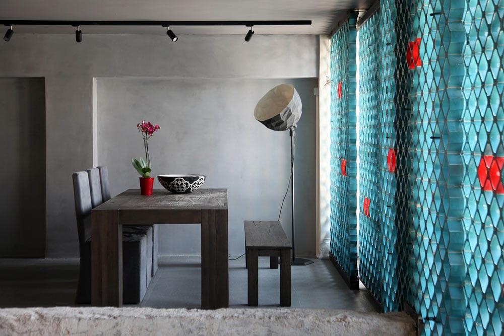 ideen für wandgestaltung mit Gitter in blau-deckenbeleuchtung mit schwarzen leuchten-holzesstisch  und designerstehlampe