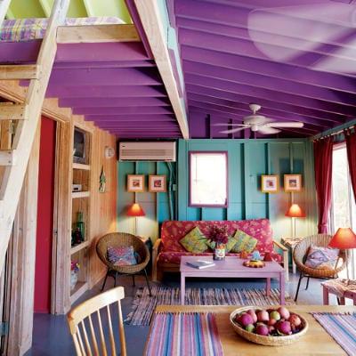 modernes wohnzimmer mit dachschräge lila-wandfarbe blau