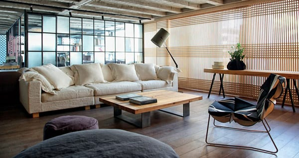 modernes wohnzimmer mit betondecke und holzboden-couchtisch holz mit stahlrahmen-moderne stehleuchte-fensterdekoration japanishere holzpaneelen