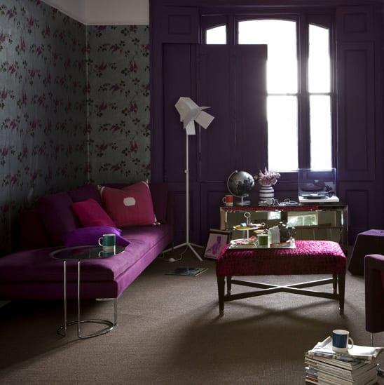 Einrichtungsidee Wohnzimmer in grün und lila-Liegesofa lila -grüne wandtapete mit blumen